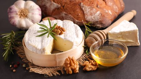 camembert with bread, walnut and honey Stock fotó - 136516991