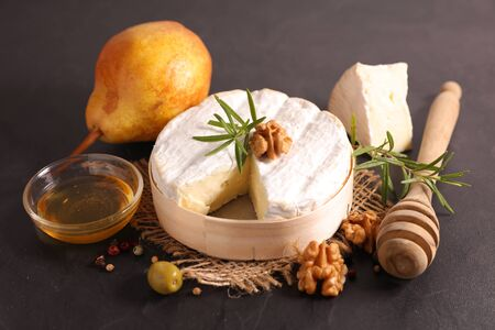 camembert with bread, walnut and honey Stock fotó