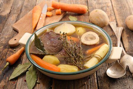 ragoût de boeuf aux légumes et bouillon- pot au feu
