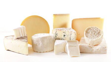 Auswahl an verschiedenen französischen Käseportionen isoliert auf weißem Hintergrund Standard-Bild