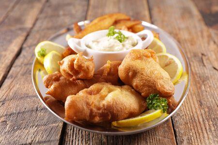 pescado y papas fritas con salsa