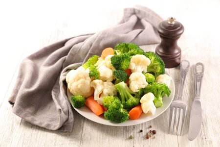 plate with vegetable- cauliflower, broccoli and carrot 免版税图像