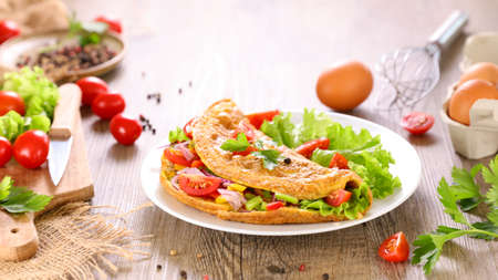 omelet with vegetable and lettuce Imagens