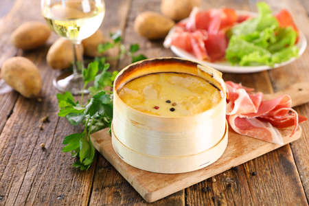 mont d'or- baked cheese with ham 版權商用圖片