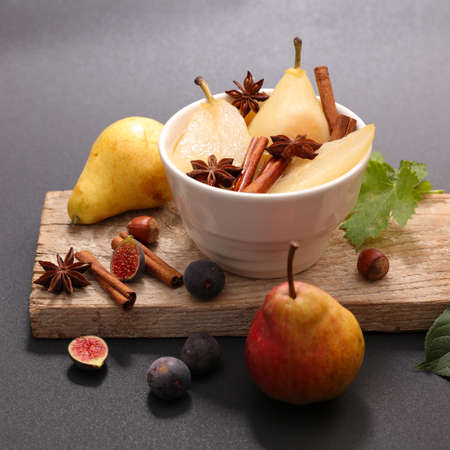 poached pear with spices on wooden board 版權商用圖片