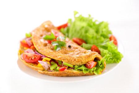 omelette with lettuce salad in plate 版權商用圖片