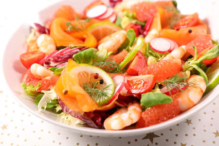 mixed salad with shrimp and moked salmon