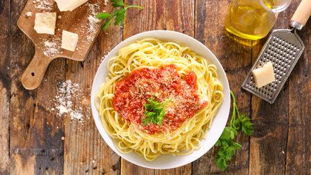 spaghetti with tomato sauce and parmesan 版權商用圖片