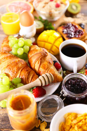 Breakfast- coffee cup, croissant, cereal and fruit Banque d'images