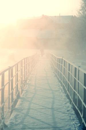 condensation: puente con barandillas de hierro de condensación durante el invierno frío por la mañana, temprano