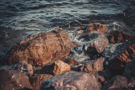 runnel: big wet rocks, splashing and shining sun, filter