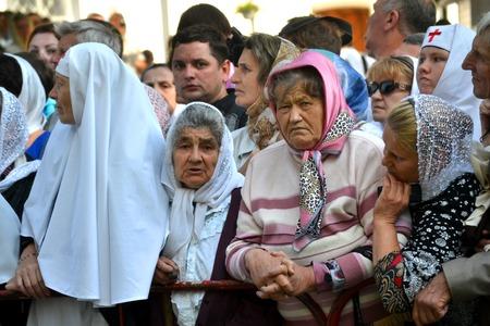 desprecio: Kiev, Ucrania, celebración litúrgica en honor del bautismo de la Rus de Kiev Cuevas de Kiev - el 27 de julio 2013 -: madura de la mujer de edad de pie entre la multitud, mirar a la cámara