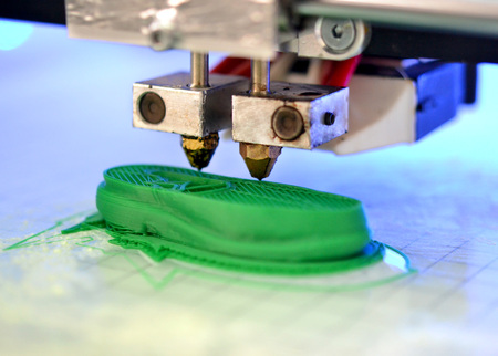 3D-printer drukt de vorm van gesmolten plastic groene close-up af. Automatische driedimensionale 3D-printer voert plastic modellering uit in een laboratorium. Progressieve moderne additieve technologie
