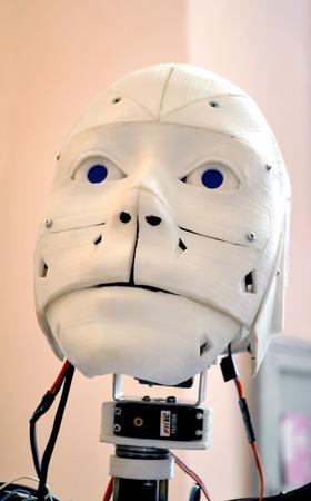 Gros plan de robot de visage. Visage d'un vieux robot en close-up en plastique shabby blanc Banque d'images - 80167727