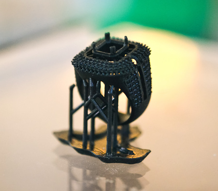 Objecten fotopolymeer afgedrukt op een 3D-printer. Stereolithography 3D-printer, technologie voor vloeibare fotopolymerisatie onder UV-licht Stockfoto