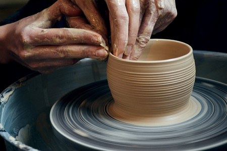 Master class on modeling of clay on a potter's wheel In the pottery workshop Standard-Bild