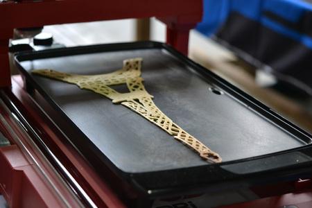 3D-printer die een vloeibaar deeg afdrukt. 3D-pannenkoeken met vloeibare deeg verschillende vormen close-up. Moderne additieve technologieën 4.0 industriële revolutie