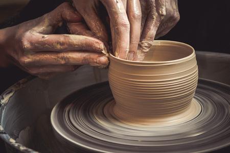 Classe de maître sur la modélisation de l'argile sur une roue de poterie Dans l'atelier de poterie