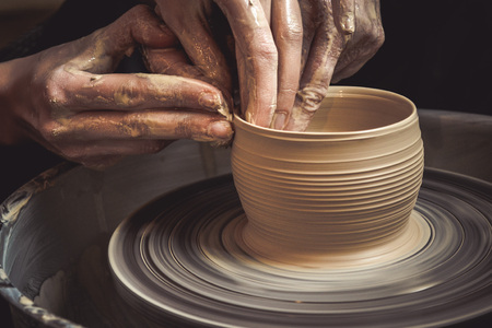Master class on modeling of clay on a potter's wheel In the pottery workshop Archivio Fotografico