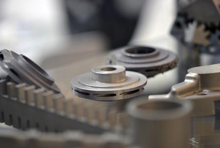 Objeto impreso en la impresora 3d de metal. Un modelo creado en un primer plano de máquina de sinterización láser. DMLS, SLM, tecnología SLS. Concepto de 4.0 revolución industrial. Tecnología aditiva moderna progresiva.