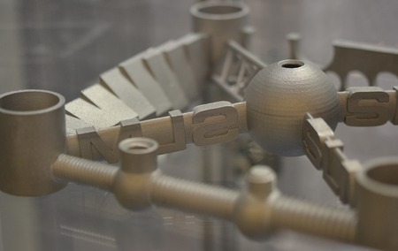 금속 3d 프린터에 인쇄 된 개체입니다. 레이저 소결 기계 확대에서 만든 모델입니다. DMLS, SLM, SLS 기술. 4.0 산업 혁명의 개념입니다. 프로그레시브 모던
