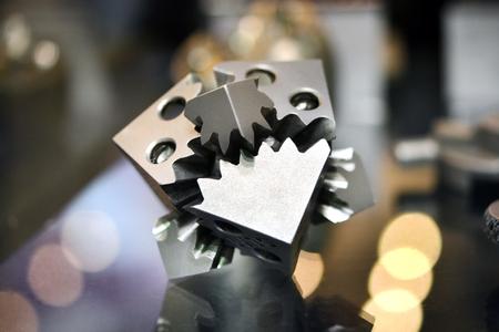Objeto impreso en la impresora 3d de metal. Un modelo creado en un primer plano de máquina de sinterización láser. DMLS, SLM, tecnología SLS. Concepto de 4.0 revolución industrial. Tecnología aditiva moderna progresiva. Foto de archivo