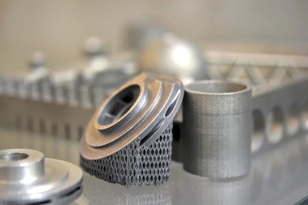 Object afgedrukt op metalen 3D-printer. Een model gemaakt in een close-up van een laser-sintermachine. DMLS, SLM, SLS-technologie. Concept van 4.0 industriële revolutie. Progressieve moderne additieve technologie. Stockfoto