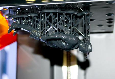 Estereolitografía DPL impresora 3D crear detalle y caiga líquido, la plataforma se mueve lentamente con el líquido de primer plano. La impresión 3D moderna tecnología de aditivos progresiva, crear modelo a escala mediante polimerización UV