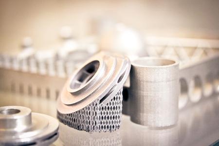 Objeto impreso en metal impresora 3d. Un modelo creado en un primer plano de la máquina de sinterización láser.