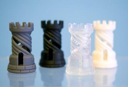 Vier objecten fotopolymeer afgedrukt op 3D-printer. Stereolithografie 3D-printer, technologie vloeibare fotopolymerisatie UV-licht. Progressieve moderne additieve technologie. Concept 4.0 industriële revolutie