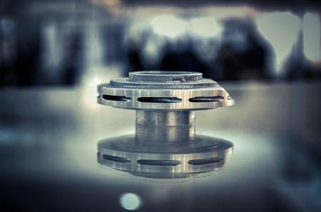 Fusion sélective par laser. Objet imprimé sur imprimante 3d métal. Modèle créé en machine de frittage laser. Technologie DMLS, SLM, SLS. Concept de révolution industrielle 4.0. Technologie additive progressive.