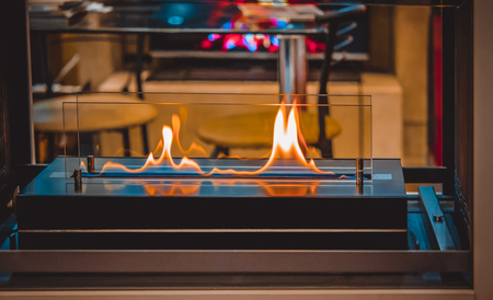 Modern bio fireplot fireplace on ethanol gas. Smart ecological alternative technologies. Contemporary biofuel on ethanol close-up. Energy saving innovation. Interior inside a house Foto de archivo
