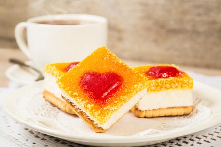 desayuno romantico: Torta con la decoración de la jalea de fruta en forma de corazón. desayuno romántico