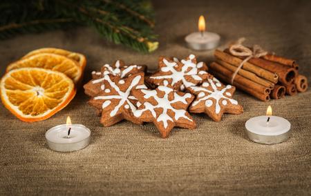 별과 계피 장식 모양의 크리스마스 쿠키
