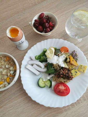 A healthy and delicious breakfast rich in protein, fats and carbohydrates. Water with lemon and berries Zdjęcie Seryjne