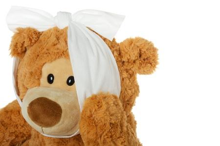 Teddy beer met kiespijn houdt zijn kaak en geïsoleerd op een witte achtergrond