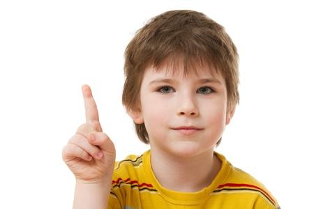 Junge mit dem Zeigefinger auf