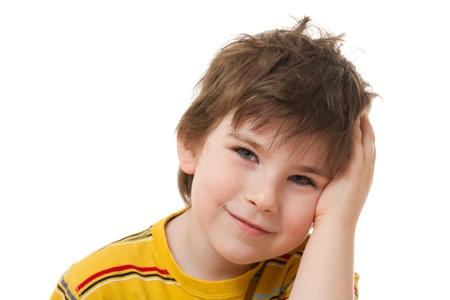 zerzaust: Der l�chelnde Junge mit den zerzausten Haaren auf wei�em Hintergrund