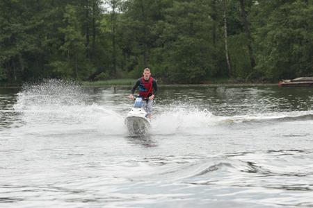 moto acuatica: Action Fotografía Hombre en jet ski. Editorial