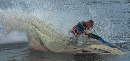 agachado: Action Fotografía Hombre en jet ski. A través del agua. Foto de archivo