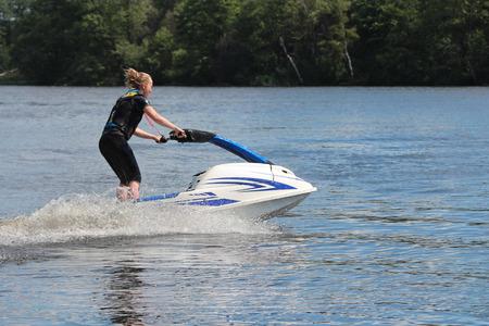 jet ski: Photo Action jeune femme sur le jet ski. Banque d'images