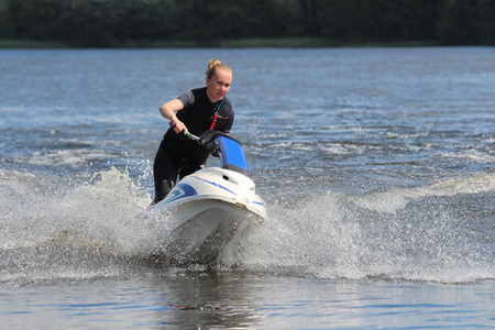 moto acuatica: Chica Action Fotograf�a en jet ski.