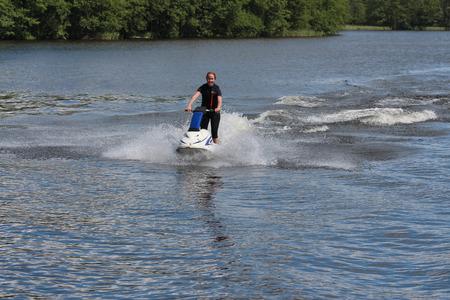 moto acuatica: Acción Foto mujer joven en jet ski.