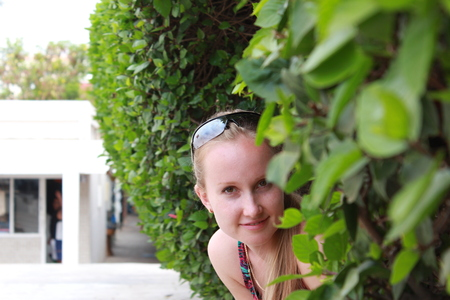 peep out: Young woman in the foliage.