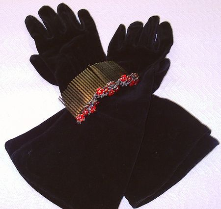 Black gloves with jeweled comb