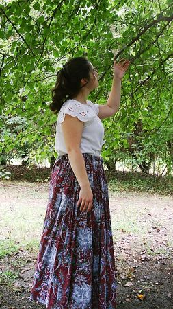 wench: Woman in a wench costume under a tree