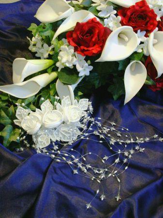 Bouquet en bruids helm op donkerblauwe achtergrond Stockfoto