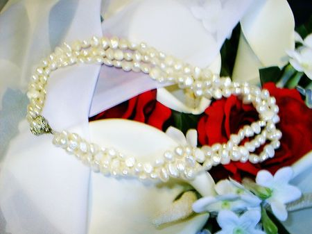 Bouquet, veil and pearl necklace 免版税图像