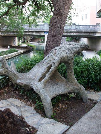 奇妙な形の木製ベンチ