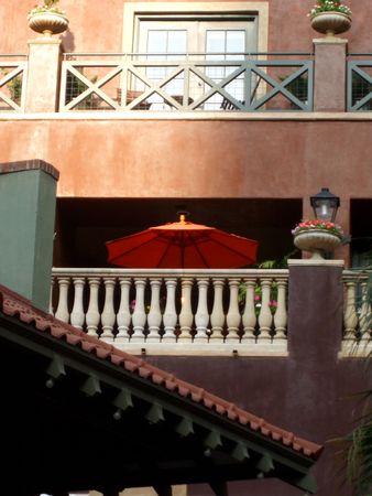 バルコニーにはオレンジ色の傘